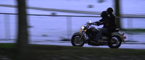 バイクに乗る京と舞